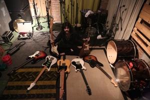 Givly Simons e as guitarras no Costella.
